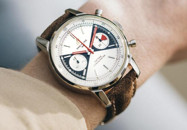 The brown leather strap reinforces the charm of vintage style.