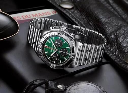 The green dial endows the Breitling with brilliant appearance.